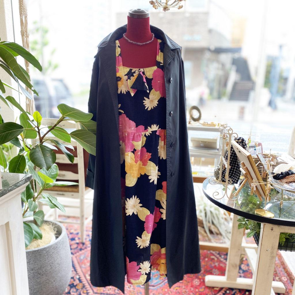 花柄ワンピースにブラックコート