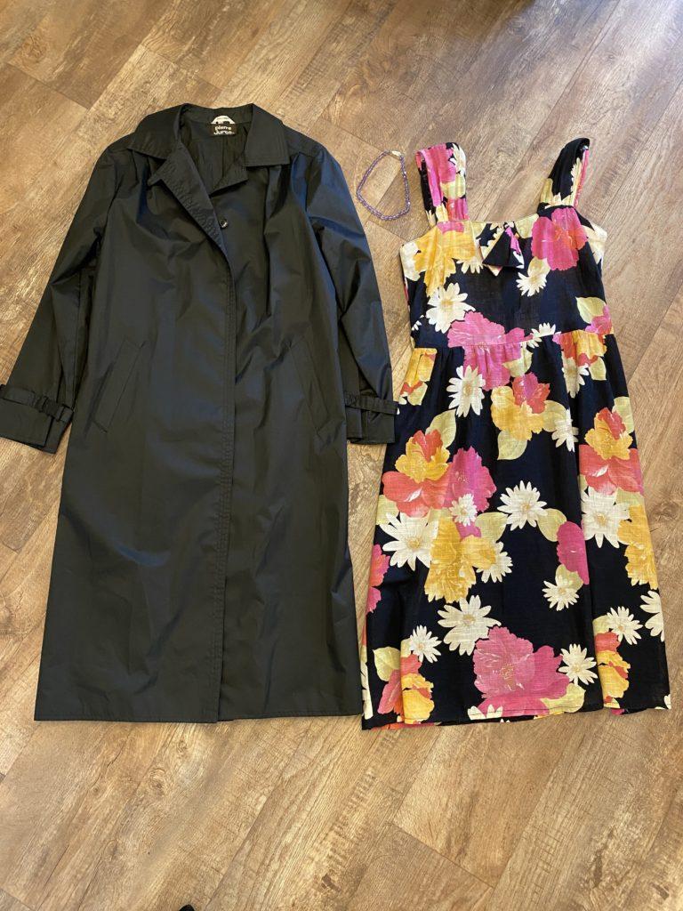 ブラックコート、花柄ワンピース、パープルネックレスのおしゃれコーデ
