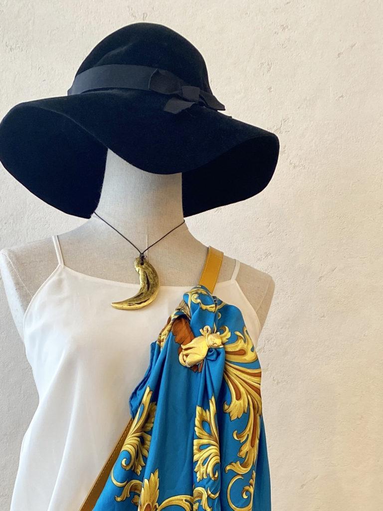 古着コーデ 女優帽、流木ネックレス